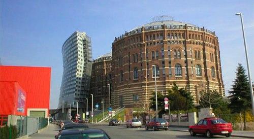 Os Gasômetros de Viena datam de 1896, quando as autoridades da cidade resolveram que já era tempo de investir num sistema de gás e eletricidade. Em apenas 3 anos a cidade acabou construindo a maior usina de gás da Europa mas com o tempo o gás acabou ficando obsoleto e foi totalmente abandonado em 1984.