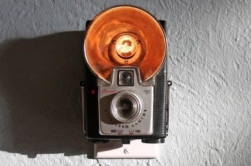 Jason Hull resolveu essa pergunta criando luzes noturnas com a estrutura dessas câmeras antigas que ele compra usadas, e sem funcionar, em lojas e feiras de antiguidades. Eu achei fenomenal, queria ter pensado nisso antes já que meus avôs tinham várias dessas câmeras pela casa deles quando eu era criança.