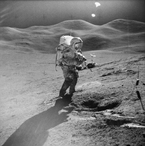 Em Agosto de 1971, o Comandante David Scott da Apollo 15, deixou o Fallen Man na Lua. A obra do artista belga Paul Van Hoeydonck tem um pouco mais de 10 centímetros e representa, simbolicamente, os astronautas que perderam a vida em missões. Uma placa comemorativa está ao lado da escultura e vem com os nomes de 14 astronautas soviéticos e americanos que morreram durante essa fase da exploração espacial.
