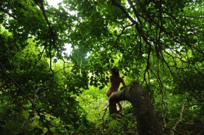 Mia Berg produziu uma série de auto retratos tentando explorar o seu relacionamento com a natureza e, também, valorizando aquilo que é realmente importante para ela. Seu trabalho é bem interessante e mostra um pouco de como não valorizamos o suficiente a natureza ao nosso redor.
