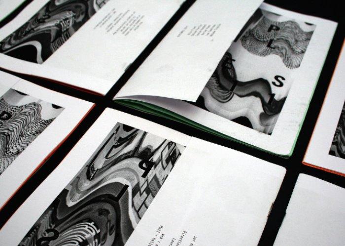 Laura Knoops é uma designer franco-belga que, hoje em dia, trabalha entre Berlin, Paris e Lille. Seu trabalho é bastante experimental e fica entre as áreas de produção de video, estamparia e design gráfico.