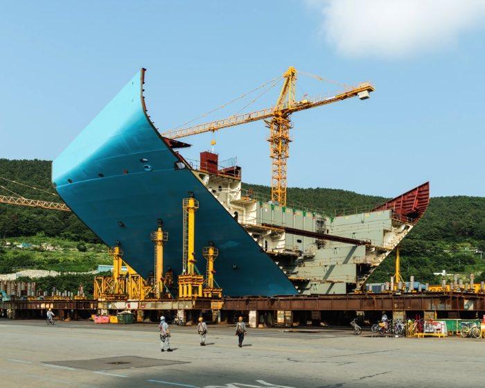 O maior navio do mundo é o Maersk Triple E se você considerar o volume de carga e o tamanho com seus 400 metros de largura!