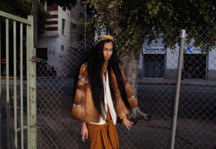 A cada ano, milhares de jovens mudam para Los Angeles com o sonho de se tornaram estrelas de Hollywood. A realidade que eles encontram por lá não é, necessariamente, aquilo que eles esperavam encontrar. E é isso que Hana Knizova tenta retratar na sua série fotográfica Young Hollywood.