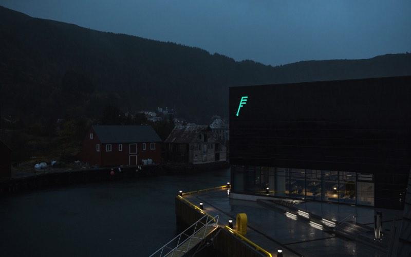 Heydays é uma agência de design norueguesa baseada em Oslo. Seu foco de trabalho é o desenvolvimento de identidades visuais para empresas e soluções digitais para pequenos e grandes clientes. Eles dizem que sempre trabalham lado a lado com seus clientes e, pela qualidade do portfólio deles, tenho certeza de que isso acontece da melhor forma possível.