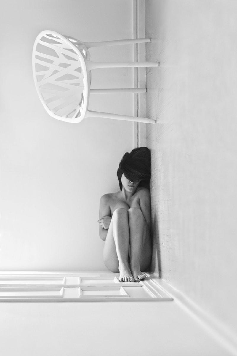 Ángela Burón é uma fotógrafa espanhola que cria imagens surreais usando a se mesmo como objeto de destaque. Ela brinca com partes do corpo e os arranja de formas inesperadas, por assim dizer.