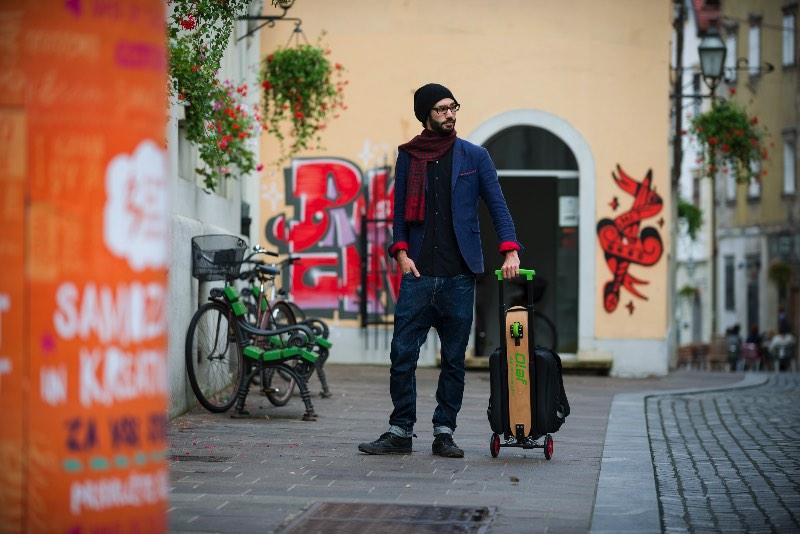 Olaf é um patinete urbano voltado para aprimorar a forma com a qual você anda pelas ruas das grandes cidades. Invenção do Boštjan Žagar que, junto com sua equipe, desenvolveu uma forma prática e divertida de se locomover. Tudo isso usando uma mochila que tem um patinete junto. Bizarro? Nada!