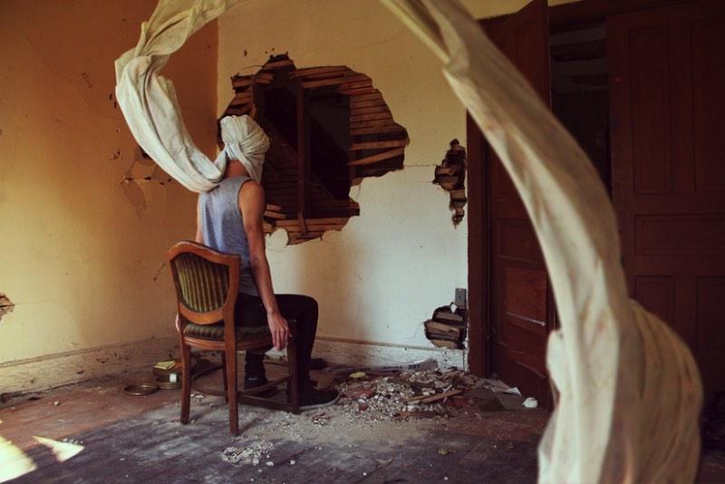 Kyle Thompson começou a fotografar quando ele tinha 19 anos e tudo aconteceu depois que ele descobriu algumas casas abandonadas na região onde morava. Ele sentiu que precisava registrar e documentar o abandono e a decomposição dessas residências tão próximas dele e foi assim que sua carreira em fotografia começou.