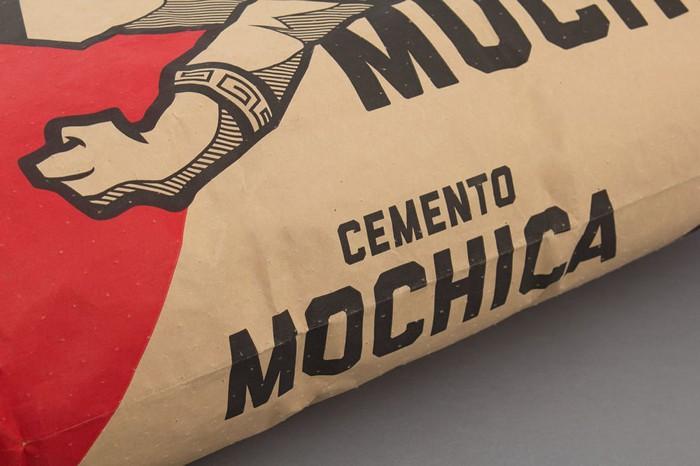 Me deparei com o trabalho do pessoal da Studio A - Interbrand no The Dieline. Lá eu aprendi que a Cementos Pacasmayo, a marca mais vendida de cimento do Peru, queria criar uma relação mais forte com seus clientes através de um novo visual para sua linha de produtos de baixo custo. Foi com esse desafio em mente que surgiu o Cimento Mochica.