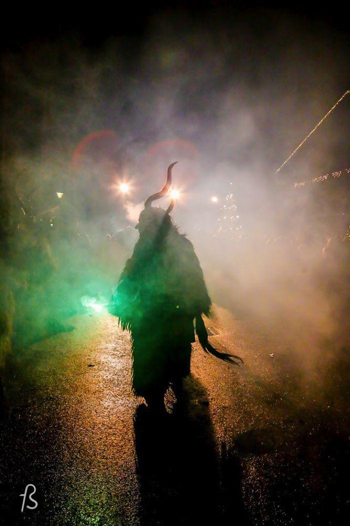 A fotógrafa brasileira Marcela Faé fotografou uma das celebrações de Krampus na cidade de Hall in Tirol para o Fotostrasse.