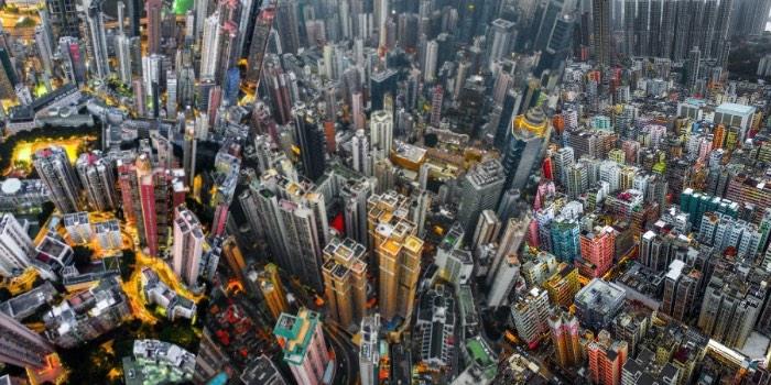 Hong Kong é uma das cidades mais densamente populadas do mundo. São dezenas de prédios lutando por espaço onde mais de 100 mil pessoas vivem em pequenos apartamentos que mais parecem texturas do que residências. É nessa cidade que o fotógrafo Andy Yeung resolveu produzir um projeto fotográfico chamado Urban Jungle.