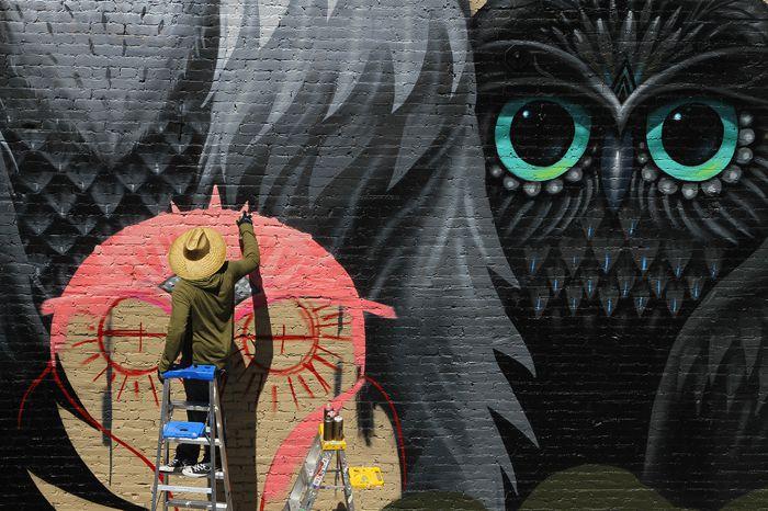 Jeff Soto é um pintor, um ilustrador e um artista de murais que já teve seu trabalho exposto ao redor do mundo, em galerias e museus. E tudo isso começou quando ele tinha cerca de 13 anos. Foi nessa idade que ele descobriu a arte e a pintura e, ao mesmo tempo, se deparou com o mundo ilegal da arte de rua. Desde então, ele tenta misturar os dois mundos e, pelo que dá para ver nas imagens abaixo e no seu portfólio, ele anda fazendo isso muito bem.