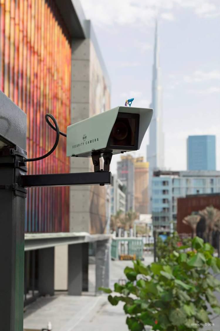 Dubai Walls é o nome do primeiro festival de arte urbana que aconteceu nos Emirados Árabes Unidos. Para que o festival funcionasse da melhor forma possível, a equipe do evento convidou alguns artistas de rua para criar obras para ser exibidas pela cidade. O artista britânico Slinkachu foi um desses artistas convidados e ele acabou com dez pequenas instalações pelas ruas de Dubai.