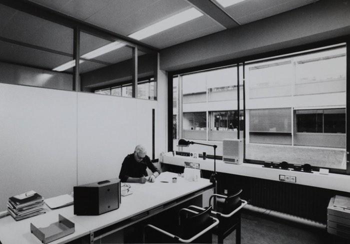 Motivado para passar para as novas gerações tudo que ele já fez e aprendeu, Dieter Rams permitiu que o filmmaker Gary Hustwit tivesse acesso completo a ele e a seu arquivo por duas semanas. Esse tempo de pesquisa vai culminar com Rams, o primeiro documentário sobre esse designer que, além de ter influenciado meio mundo, criou mais de 500 produtos.