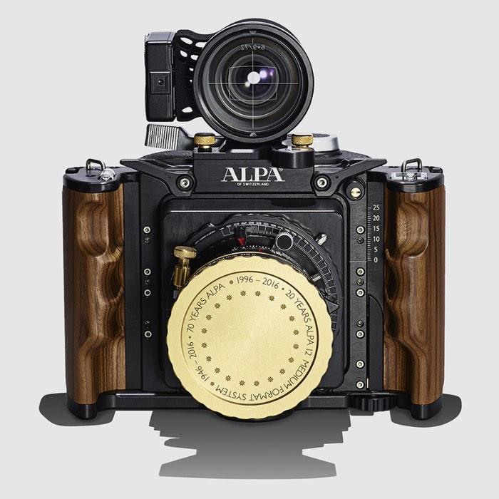 A Alpa é uma marca suíça de câmeras fotográficas focada, hoje em dia, na plataforma de médio formato. Mas as coisas não foram sempre assim. Fundada em fevereiro de 1946, o originado de uma marca de relógios suíços, a Alpa começou produzindo uma lendária câmera de 35mm. Depois de alguns anos turbulentos no início da década de noventa, tudo mudou e a marca acabou sendo comprada. Foi essa aquisição que mudou o foco da empresa e, assim, nasceu o sistema Alpa 12 de médio formato.
