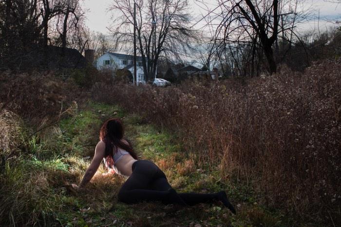Com a série de fotografias Moments of Being, Liz Calvi foca suas lentes na intimidade das pessoas e nos seus momentos mais a vontade. Usando dessa intimidade para examinar e explorar a sexualidade dos mesmos e a identidade de gênero.