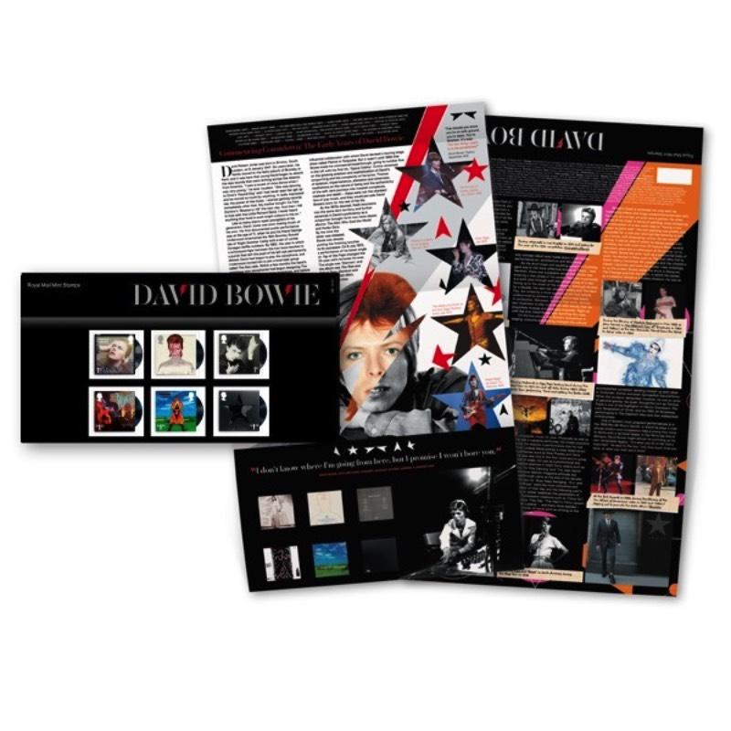 Não sei se, durante seus anos de vida, alguém imaginou que chegariam existir selos do David Bowie mostrando algumas de suas fases mais famosas. Se você não conseguiu imaginar isso, saiba que o Royal Mail Britânico colocou isso em prática e, a partir de 14 de março de 2017, você pode adquiri-los e aprimorar sua coleção de memorabília de um dos maiores astros da música mundial.