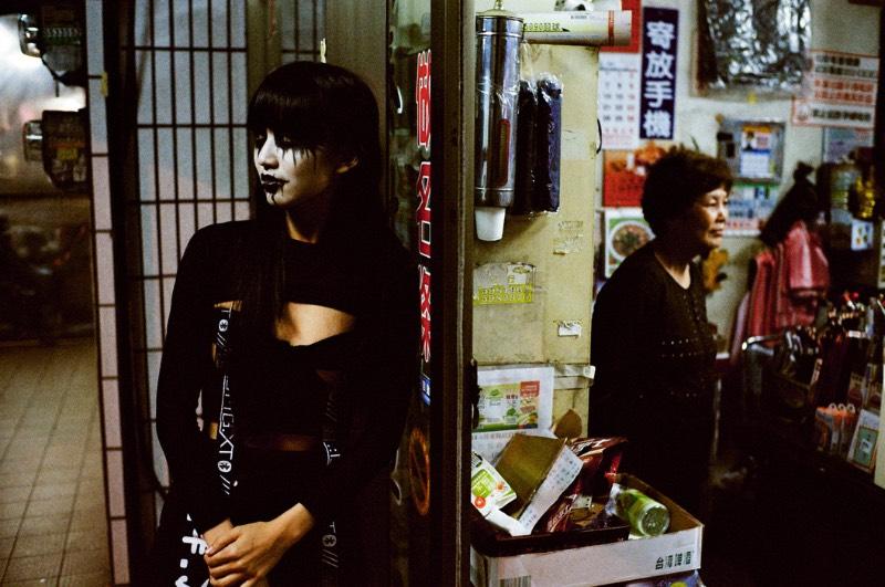 O fotógrafo Léo Berne transformou uma modelo asiática em uma pessoa completamente diferente, usando apenas de uma versão moderna da tradicional maquiagem de corpse paint famosa no black metal. Dessa forma, ele criou uma série de retratos pelas ruas de uma cidade onde uma mulher parece ter said dos pesadelos de alguém. Dando um visual surreal e fantasmagórico para situações reais e do dia a dia de muitas pessoas.