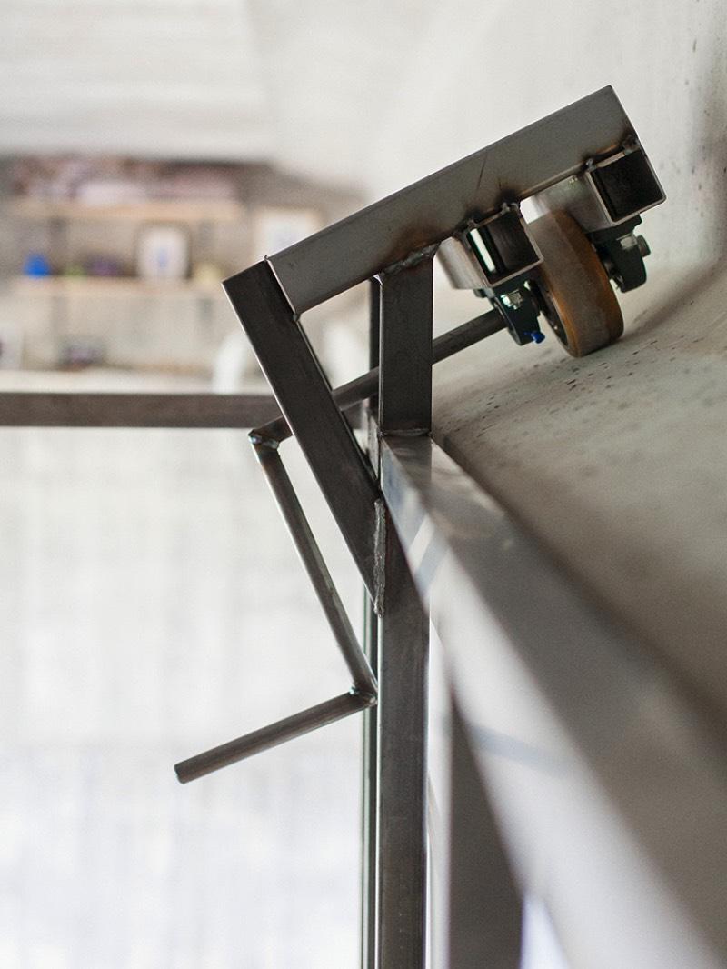 O designer espanhol Fernando Abellanas resolveu o problema de escassez de espaços para estúdios em Valencia ao criar um pop up estúdio móvel debaixo de uma ponte, no meio da cidade e acima do tráfego. O pequeno espaço que ele criou se move seguindo o vão embaixo da ponte e vem com uma prateleira, uma mesa e cadeira, de onde o designer pode trabalhar quando quiser e bem entender.
