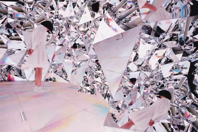 Prismverse é o nome dessa instalação imersiva criada pelo artista Chris Cheung e sua equipe chamada XEX. Também conhecido como honhim, o artista criou uma instalação que parece simular como que seria viver dentro de de uma pedra lapidada. Ou seja, se você quer ver como que é viver dentro de um diamante, você precisa dar uma olhada nas imagens que selecionei logo abaixo. Além de todo o visual fora do comum da Prismverse, essa instalação ainda vem com uma experiência audio visual criada para alimentar todos os seus sentidos ao mesmo tempo.