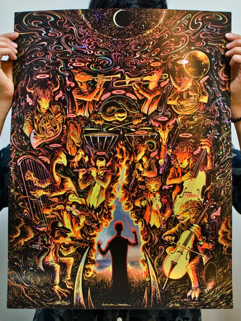 Para muitos artistas e ilustradores, o trabalho que eles criam são uma forma única de se expressar e de se conectar com um mundo inteiro. Acredito que isso deve ser umas das muitas coisas que Miles Tsang faz com seu belíssimo trabalho. Esse ilustrador canadense, baseado em Toronto, cria posters para shows desde 2008 com traços psicodélicos, atmosferas intensas e uma forma mais do que detalhada de retratar personagens diferentes. Seu trabalho é fora do comum e já ilustrou posters para Nine Inch Nails, Foo Fighters, Dave Matthews Band e muitos outros.