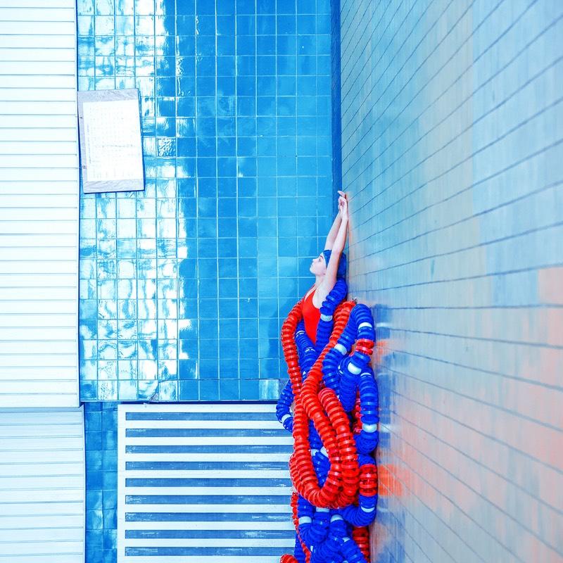Swimming Pool é a maior série de fotografias de Maria Svarbova. Tudo começou em 2014 e, até hoje, anda crescendo. E, pelo que eu entendi, tudo começou de forma quase acidental, como a busca de uma locação interessante para uma outra série de fotos.