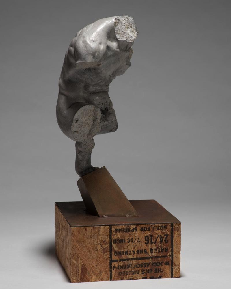Brett Harvey cria esculturas figurativas que apresentam uma estética dinâmica que apresentam um conhecimento fora do comum da anatomia humana. Essas esculturas se torcem em forma inesperadas e acabam por celebrar um paradoxo da força humana e a fragilidade da humanidade. Pessoalmente, gostei muito de ver como ele captura de forma especial as mãos e os pés a ponto de dar um certo ar de individualidade aos mesmos.