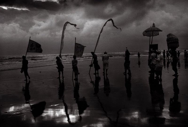 Conhecer o trabalho de Don McCullin é explorar o trabalho de um dos melhores fotógrafos vivos. Não são muitos que tiveram uma carreira tão longa e cheia de variedade quanto ele. E você pode ver algumas das fotografias que ele fez nos seus cinquenta anos de foto jornalismo. Fotografias que documentam a vida em Londres, os horrores da guerra pela África e pelo Oriente Médio e ele não parou por ai.