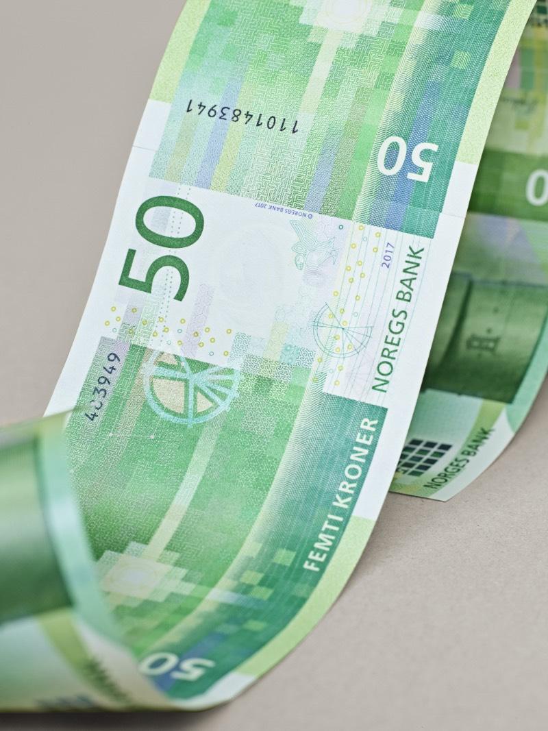 Em 2014, aconteceu uma competição organizada pelo Banco Central da Noruega onde o pessoal da Snohetta foi escolhido para desenvolver novas notas para o país. Agora, cerca de dois anos depois do lançamento das notas de 100 e 200, o novo dinheiro da Noruega chega ao público em notas de 50 e 500.