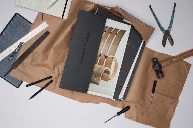 Passport Design Bureau foi fundado em 2012, por Jonathan Finch e Rosalind Stoughton, como um estúdio de design e branding independente, baseado em Leeds, no norte do Reino Unido. De lá, eles se mantêm atualizados sobre o mundo do design internacional e tem a liberdade de influenciar esse mundo com um trabalho de design de qualidade.
