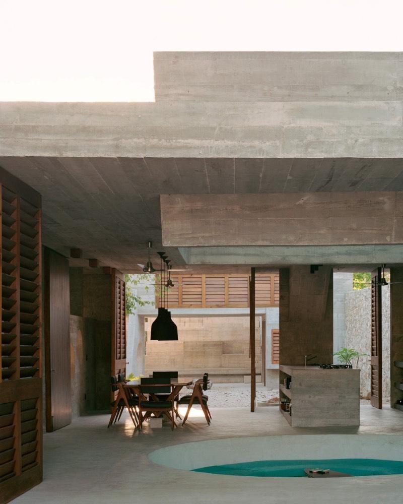 Recentemente, o arquiteto mexicano Ludwig Godefroy trabalhou com um projeto que acabou levando a criação da Casa Merida. Essa é uma residência para uma família localizada no centro histórico da cidade de Mérida, na capital do estado mexicano de Yucatán. Esse é um projeto residencial bem especial por suas proporções, suas referências visuais e o material utilizado no projeto.