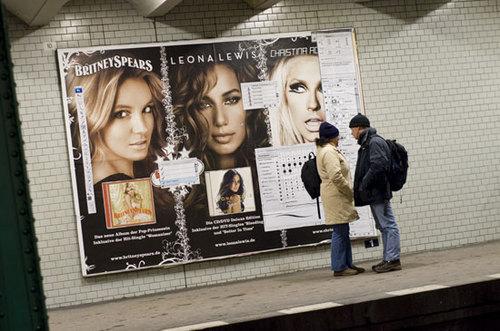Imagine você esperando o metrô e vê um anúncio cheio de layers de photoshop e de menus. É isso que acontece em Publicidade Photoshopada.