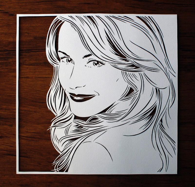 Julene Harrison é mais do que uma ilustradora, ela é uma artista que usa do papel para se expressar. Porém, ela usa do papel de um jeito não muito óbvio. Invés de desenhar em sua superfície, ela usa de bisturis para cortar o papel com seus designs e ilustrações. E ela faz isso com tanta maestria que eu acabei me perdendo em seu portfólio, repleto de trabalhos fora do comum.