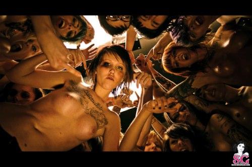 Clube da Luta é um dos meu filmes favoritos de todos os tempos e também um dos meus livros favoritos. Qualquer referência que mencione ele, será postado aqui com facilidade. É por isso que o Clube da Luta do Suicide Girls mereceu o aparecimento aqui.