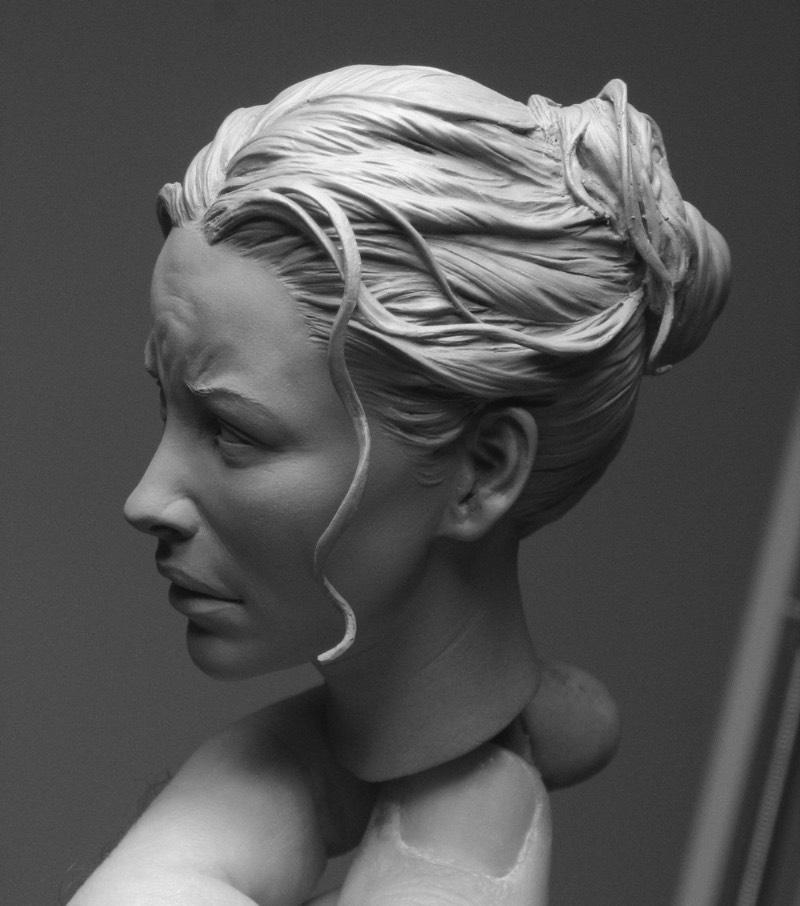 Adam Beane começou a esculpir em 2002 e, desde então, vem trabalhando sem parar. Depois de tantos anos de muito trabalho, ele acabou se tornando bem famoso pelos seus retratos bem realistas e pelas poses dinâmicas de suas esculturas. E olha que ele aprendeu todas as técnicas que uso hoje sozinho.