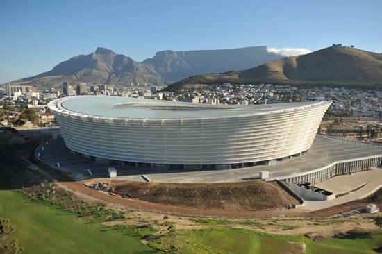 O Estádio de Greenpoint na Cidade do Cabo, África do Sul, usa muito bem a geografia da cidade para criar uma paisagem contrastante a beira do Oceano Atlântico. O estádio é ponto importante dentro do Green Point Park e é um dos estádios mais bonitos que já vi.