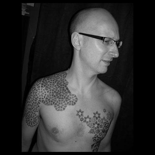 O trabalho de tatuagem de Tomas Tomas é uma mistura de desenhos geométricos feitos a perfeição através da técnica dotwork. Pessoalmente, acho lindo de ver mas não me vejo com tatuagens nesse estilo.