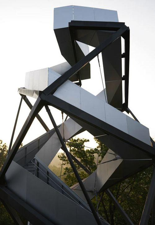 Foi no conhecido Cinturão Verde da Europa que o pessoal do terrain:loenhart&mayr criou essa torre de observação. Localizado entre a Eslovênia e a Áustria, as beiras do Rio Mur, essa torre escultural foi construída seguindo os princípios da hélice dupla. É assim que a torre consegue manter seus 27 metros de altura de forma estável.