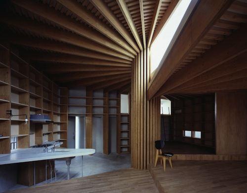 Tree House é mais um trabalho do Mount Fuji Architects Studio. Nesse projeto, foi criado um pilar central que divide a estrutura da casa em 4 partes dentro de um espiral. Quando vi as fotos dessa casa, fiquei pasmo com as formas geométricas que existem por ali e na originalidade de tudo.