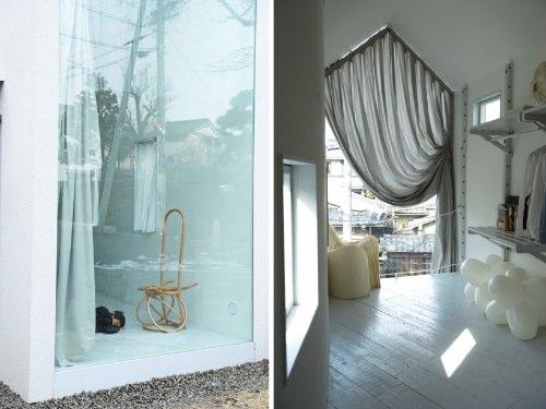 Hideyuki Nakayama Architecture são as pessoas responsáveis por mais esse belo exemplo de arquitetura japonesa, a O House. A casa tem uma forma e estrutura estreita e inesperada e uma faixada quase totalmente aberta para a rua, mostrando o dia-a-dia de todos. Mas, se isso te incomoda, saiba que existe também uma cortina que cobre toda a faixada frontal e que, devido ao seu material, faz com que a casa brilhe durante a noite. É sensacional.