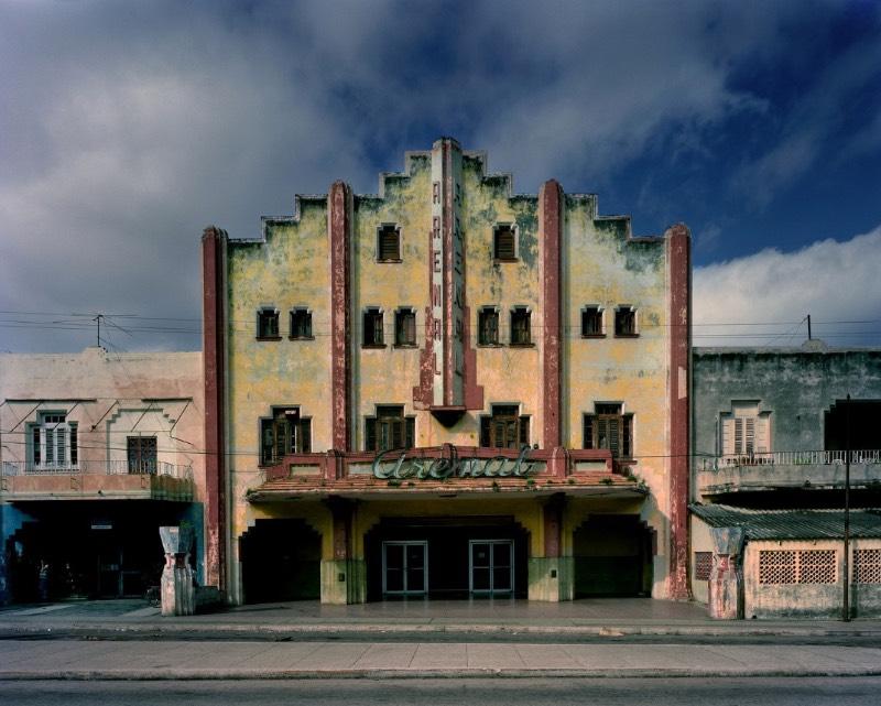 Michael Eastman é um fotógrafo que passou as últimas quatro décadas documentando fachadas de cidades como Nova Orleans, Paris, Roma e Havana. Sendo que essa última foi tão interessante para mim que resolvi selecionar algumas das fotos que eu mais gostei no seu portfólio e escrever algo sobre elas por aqui.