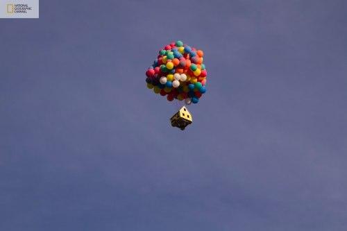 O pessoal do National Geographic Channel juntou alguns cientistas, engenheiros e dois campeões mundiais de balonismo para colocar em vôo uma ideia que eles tiveram ao ver UP! Imagine uma coisa, seria realmente possível fazer uma casa voar com a ajuda de algumas dezenas de balões inflados com hélio? Seria possível recriar a casa voadora do filme Up? Eu acredito que sim mas... Tenho minhas dúvidas mas adoraria ver isso acontecendo de verdade.