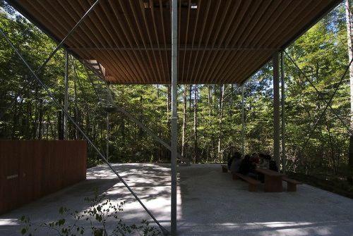 O estúdio japonês Go Hasegawa criou a residência de fim de semana que foi nomeada Pilotis in a Forest. Há apenas três horas de Tóquio, a ideia da casa é a co existência com a natureza ao seu redor. E isso ela conseguiu muito bem.