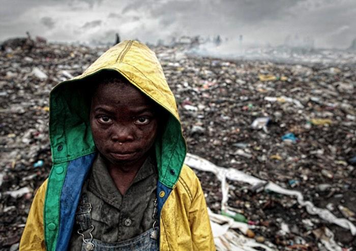É estranho para mim pensar que existem pessoas que vivem seu dia a dia num estado de pobreza além de qualquer limite. Um lugar onde a vida que vemos em comerciais de tv está tão distante quanto a vida em Marte. É assim que vivem as pessoas na lixeira de Huléne, em Moçambique. Uma verdadeira versão de uma terra de lixo, uma trash land cortada por uma estrada improvisada onde pessoas andam de um lado para o outro procurando o que comer e como viver melhor.