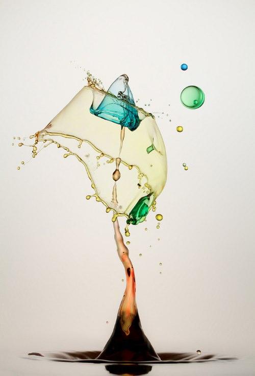 Heinz Maier é um fotógrafo que resolveu trabalhar com aquele breve momento onde as gotas de água reagem a queda. Chamei essas fotografias de Esculturas de Gotas d'Água porque, para mim, elas são como estátuas de vidro. Pelo menos, por alguns centésimos de segundo.