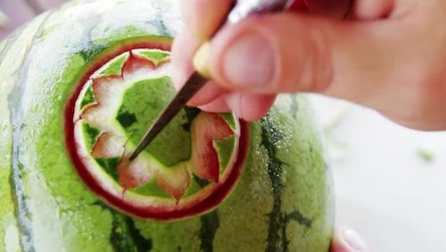 Achei o video abaixo fenomenal. Não só pela facilidade fora do comum em esculpir frutas que o artista trabalha mas pelo produto final. Nunca imaginei que uma melancia pudesse ficar dessa forma. Ainda estou meio pasmo pós video. Espero que passe.