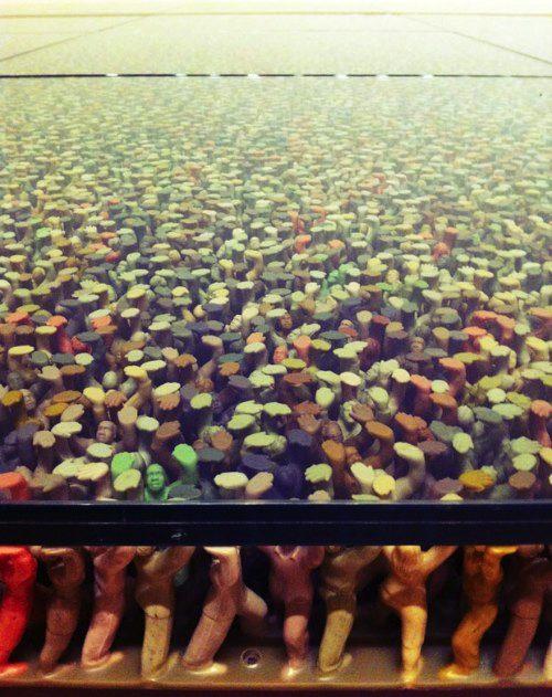 Do Ho Suh é o coreano responsável por essa instalação onde milhares de bonecos de plástico. Quero adaptar isso e fazer uma mesa assim para mim.