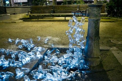 Em Madrid, nos últimos 30 anos, mais da metade das fontes públicas da cidade se perderam e se tornaram sucatas sem a capacidade de dar a água que elas davam antes. Para criticar essa indiferença da administração da cidade, foi criada a ação Luzinterruptus utilizando mais de 200 containers de vidro.
