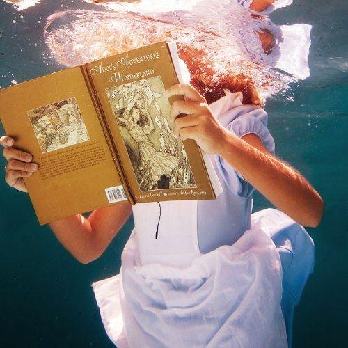 Para Elena Kalis, a fotografia sub aquática surgiu quase que naturalmente. Afinal, apesar de ser russa, ela mora em uma pequena ilhas nas Bahamas, dessa forma, a água sempre esteve muito perto do seu dia a dia. Foi assim que ela resolveu misturar mergulho, moda e arte e criar uma forma de fotografia toda especial para ela.