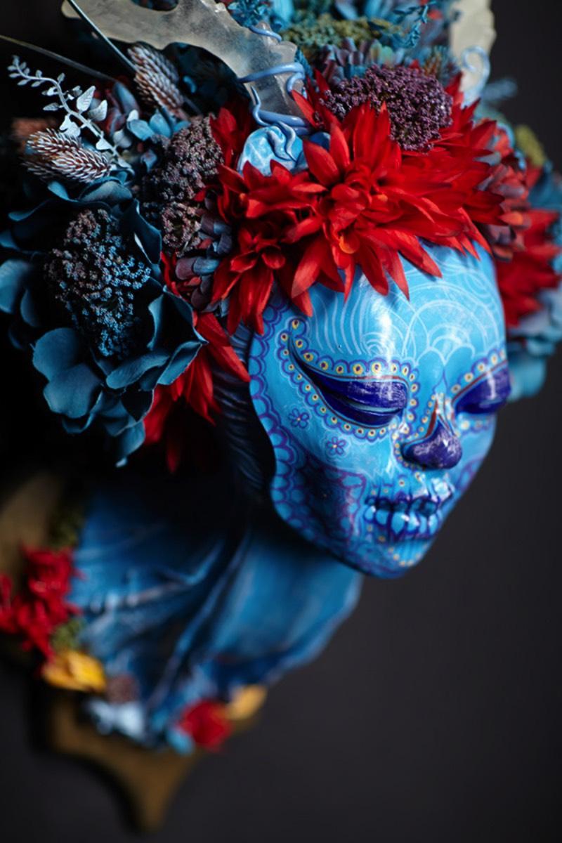 O que eu gostei mais de ver no trabalho de Krisztianna Ortiz é como ela consegue trabalhar com a temática bem clichê de caveiras mexicanas mas com um visual bem diferente e que quase me soa inovador. Suas esculturas exploram temáticas diferentes, visuais bem variados e cores que brilham de um jeito bem especial. Ou seja, sou muito fã do trabalho de Krisztianna Ortiz e você vai acabar sendo também.