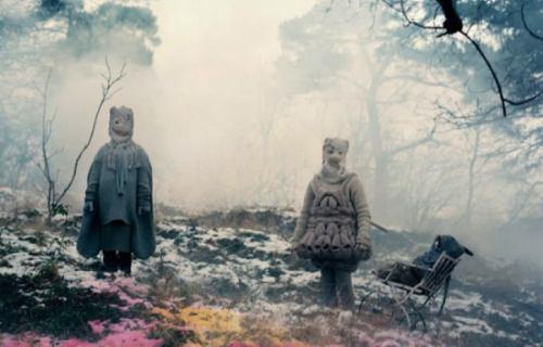 Não é a toa que, nos últimos 10 anos, ela se tornou uma das fotógrafas mais importantes da Suécia. A forma com a qual ela trabalha com as imagens leva o observador diretamente para o centro da peça e isso é uma das coisas que transforma o trabalho da Denise Grünstein em algo tão interessante.